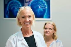 Retrato do funcionamento de sorriso da mulher feliz como o doutor In Hospital fotografia de stock royalty free