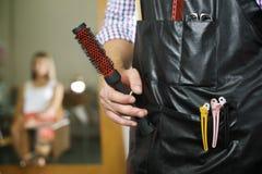 Retrato do funcionamento do homem como o cabeleireiro na loja Imagens de Stock