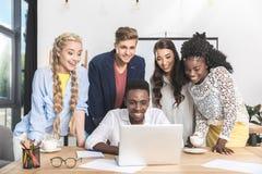 retrato do funcionamento novo multi-étnico da equipe do negócio Imagens de Stock