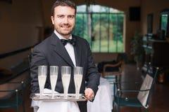 Retrato do garçom que guarda vidros do champanhe imagem de stock royalty free