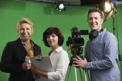 Retrato do gerente de assoalho In Televi de With Presenter And do operador cinematográfico fotos de stock