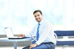 Retrato do gerente ocupado que datilografa no portátil Foto de Stock Royalty Free