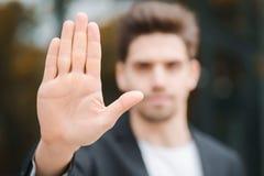 Retrato do gesto novo da desaprovação do homem de negócios com mão: o sinal da recusa, nenhum sinal, gesto negativo fecha a câmer imagem de stock royalty free