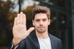 Retrato do gesto novo da desaprovação do homem de negócios com mão: o sinal da recusa, nenhum sinal, gesto negativo fecha a câmer fotos de stock royalty free