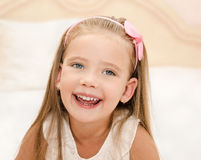Retrato do gir pequeno bonito feliz Imagens de Stock