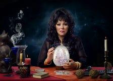 Retrato do glazer de cristal moderno que senta-se na mesa imagem de stock