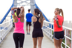 Retrato do grupo de amigos que correm no parque Fotografia de Stock Royalty Free