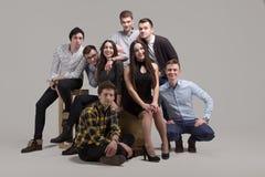 Retrato do grupo de jovens no estúdio Fotografia de Stock Royalty Free