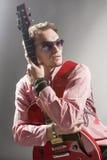 Retrato do guitarrista caucasiano pensativo com Guit à moda Fotografia de Stock Royalty Free