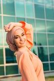 Retrato do hijab vestindo da mulher muçulmana asiática bonita nova imagem de stock royalty free