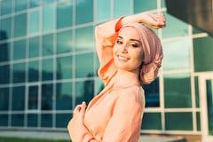 Retrato do hijab vestindo da mulher muçulmana asiática bonita nova fotografia de stock royalty free