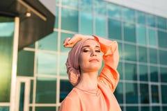 Retrato do hijab vestindo da mulher muçulmana asiática bonita nova fotografia de stock