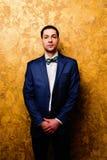 Retrato do homem à moda considerável no terno elegante Imagem de Stock Royalty Free