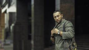Retrato do homem à moda novo com saco Imagens de Stock Royalty Free