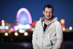 Retrato do homem adulto novo ocasional na noite fotografia de stock royalty free