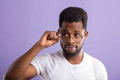 retrato do homem afro-americano novo consider?vel imagem de stock