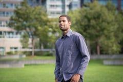 Retrato do homem afro-americano novo no neighborho residencial fotos de stock royalty free