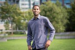 Retrato do homem afro-americano novo no neighborho residencial fotos de stock