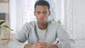 Retrato do homem afro-americano que gesticula a frustração e a raiva, interno filme