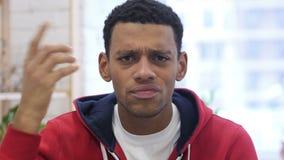 Retrato do homem afro-americano que gesticula a frustração e a raiva filme