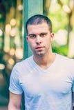 Retrato do homem americano considerável novo no verão quente em Yor novo imagens de stock