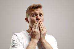 Retrato do homem assustado no cinza imagens de stock