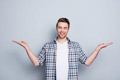 Retrato do homem bem sucedido, alegre, bonito, novo que apresenta o sta foto de stock royalty free
