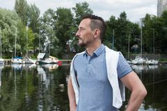 Retrato do homem bem sucedido no rio com barcos do esporte Homem antes das aventuras do rio no porto imagens de stock royalty free