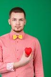 Retrato do homem bonito com coração foto de stock