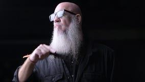 Retrato do homem calvo que escova Gray Beard With Comb Outdoors na noite video estoque