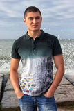 Retrato do homem caucasiano de cabelo escuro sério que está em um cais Fotografia de Stock Royalty Free