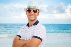 Retrato do homem caucasiano de sorriso dos jovens na costa de mar foto de stock