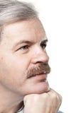 Retrato do homem caucasiano maduro pensativo isolado no branco Imagem de Stock Royalty Free