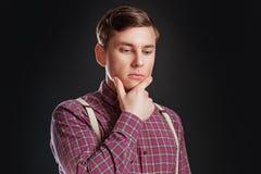 Retrato do homem científico inteligente sério pensativo no laço da camisa do vintage com o penteado que mantém a mão sob o queixo imagem de stock
