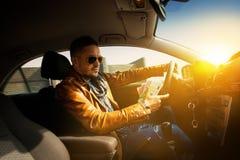 Retrato do homem concentrado que conduz o carro com muito maney EUR Imagens de Stock