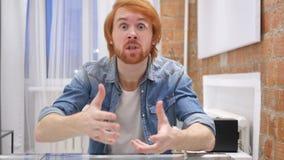 Retrato do homem da barba do ruivo que gesticula a frustração e a raiva, interno filme