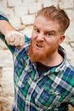 Retrato do homem de cabelo vermelho irritado do moderno com a camisa de manta azul imagens de stock royalty free