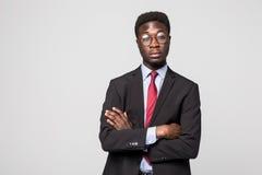 Retrato do homem de negócio afro-americano com braços dobrados, isolado no greybackground Imagem de Stock Royalty Free