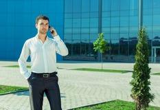 Retrato do homem de negócio bem sucedido considerável novo Imagem de Stock