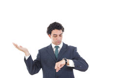 Retrato do homem de negócio bem sucedido que olha seu relógio de pulso Imagem de Stock Royalty Free
