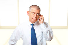 Retrato do homem de negócio com telefone Fotografia de Stock Royalty Free