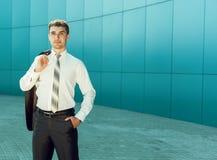 Retrato do homem de negócio considerável novo perto da parede azul do busine Foto de Stock