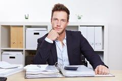 Retrato do homem de negócio na mesa Imagens de Stock Royalty Free