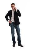 Homem feliz novo que guardara o telefone móvel Foto de Stock