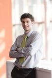 Retrato do homem de negócio novo no escritório Fotos de Stock Royalty Free