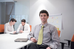 Retrato do homem de negócio novo no escritório moderno Imagem de Stock Royalty Free