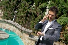 Retrato do homem de negócio novo que usa o móbil fotografia de stock royalty free