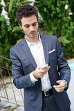 Retrato do homem de negócio novo que usa o móbil Imagem de Stock Royalty Free