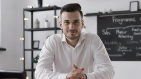 Retrato do homem de negócio novo de sorriso atrativo no escritório criativo video estoque