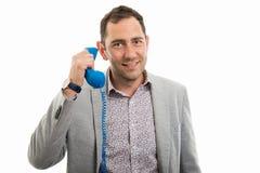 Retrato do homem de negócio que fala no telefone azul do receptor imagem de stock